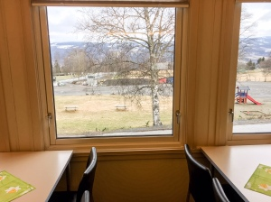Snön syns från Lillehammer. Ryktet säger att Sjusjøen precis fick en halvmeter snö. Så det kan nog bli bra skidföre.