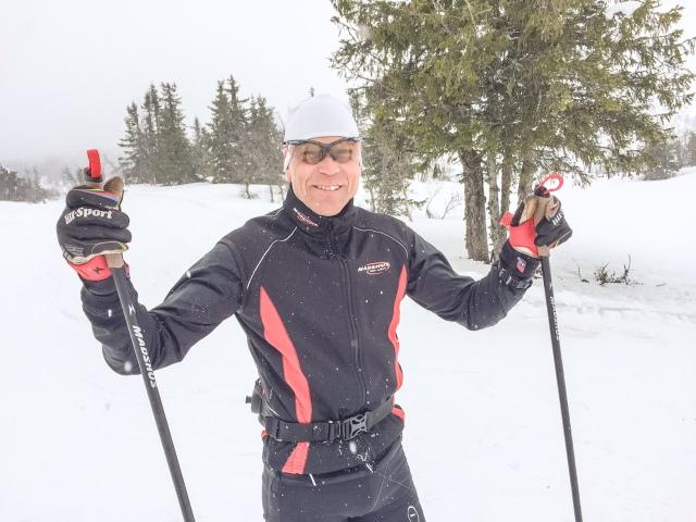 Geir Strandbakke, 52 år och 92:a i Vasan i år. Blev även bästa 50-åring i Birken. Hård kille. Han bor året runt i Sjusjøen och tränar 800-900 timmar om året. En veteran i form vilar inte på hanen när han möter en 33-åring i kass vårform. 17 km slit ihop. Men trevligt. Geir är 173 cm och körde med 151 cm långa stavar i vintras. Nu testar han 165 cm.