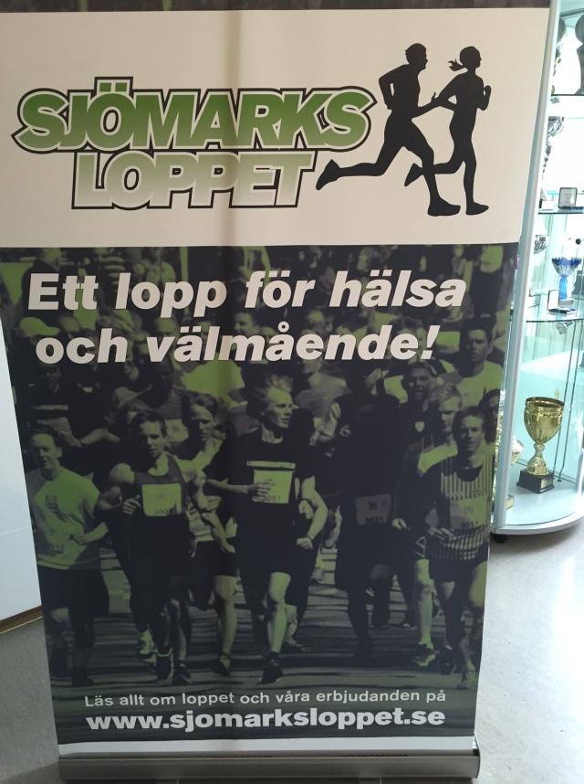 Affischen för Sjömarksloppet 2016 är en bild som Ida tog vid starten av första upplagan, 2012. Jag är på mitten av bilden och sneglar på blivande segraren Karl Borgö. Jag har för övrigt tagit starten tre gånger av tre. På bilden syns även Traddarn med hans biceps och Olle Häggdahl.