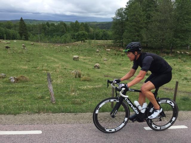 Jonas Colting cyklar i år på en fräsch Cervelo. Finns det något märke som gör snyggare cyklar? Han har dessutom lyckats att bli svartvit hela han, förutom en grön accentfärg på brillorna.