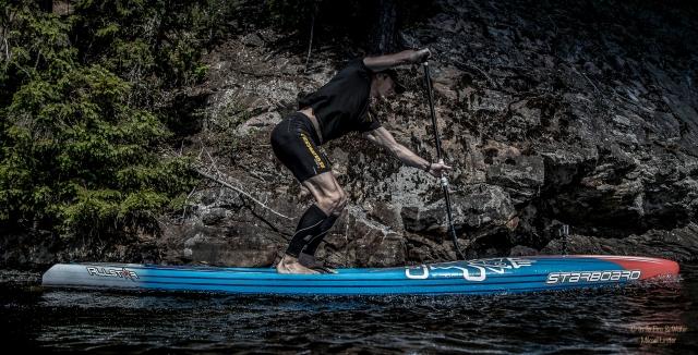 I optimal SUP-teknik (läs så som Magnus Lindstedt kör, inte så som jag kör), så sätter man i paddel mycket långt fram och böjer på benen mer än i stakning.