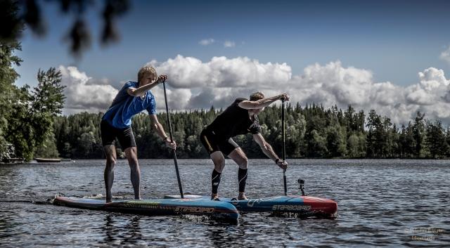 Här ser man teknikskillnaden på Magnus och mig. Men jag paddlar i a f mycket bättre nu än när jag började.