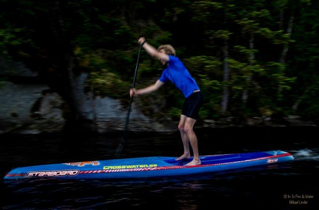 ...och sedan i med paddeln. Inte helst olikt stakning på skidor.