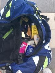 Jag brukar reta Jonas för att han använder en sjuhelsikes massa hudvårdsprodukter. Se bara i hans väska.
