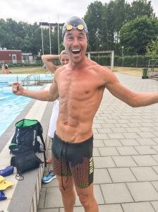 """Brallorna Jonas Colting har på sig ger flytkraft och är ett bra hjälpmedel vid simträning utan våtdräkt. """"Med dem behöver man ingen dolme."""" Lär komma på hans sida www.coltingwetsuits.com"""