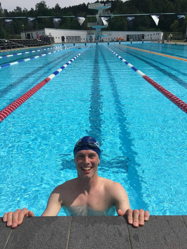 Ingen vanlig syn. Jag i bassängen. Här igår på Alidebergsbadet, vars ute-50:a öppnade igår. Jag gillar 50 m-baljor, inte minst pga att jag inte kan göra voltvändningar. Men någon voltvändning behövs varken i triathlon, swimrun eller open water.