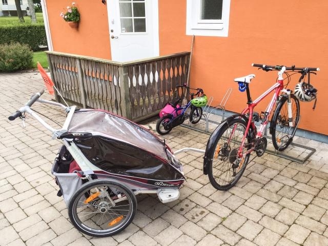 I Vejbystrand cyklar man. Till stranden, till hamnen, till Gubbahålan, till affären etc. Astrid vet få bättre ting än att cykla. Maj sitter i Charioten.