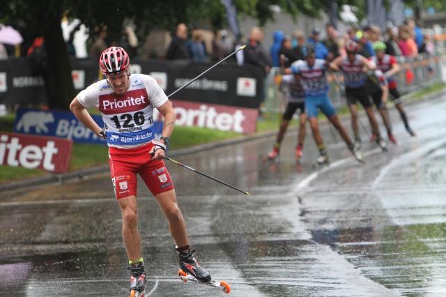 Viktor Axelsson. Bildbevis på att han fick ont i ryggen.