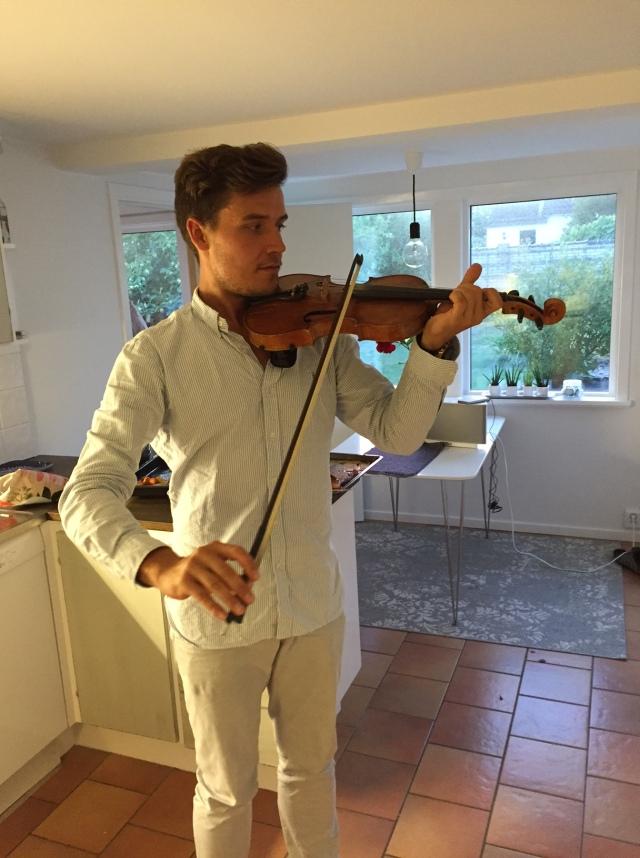 Marika försöker lära Rickard att spela fiol
