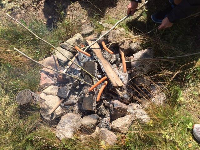 Korv med bröd och ketchup. Inte den nyttigaste lunchen, men jag skäms inte för att ge mig själv och mina barn det ibland så länge det tillagas utomhus över en eld.