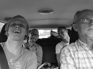 Jag, Tobias, Martin och far på väg norrut i fars bil