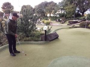 Ribban Green Golf minigolfbana. Min far spelade bättre andra halvan av rundan och jag var aldrig riktigt nära att slå honom.
