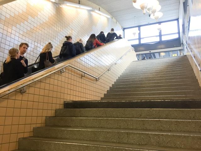 Jag tar alltid trapporna när jag åker tunnelbanorna. Det intresset verkar jag inte dela med så många. Jag köper fullständigt att folk tar rulltrapporna när man samtidigt går uppför (då tar man sig fram fortare), men jag har svårt att förstå varför man tar rulltrapporna om man ändå ska stå still. Då går ju trapporna fortare och det är inte direkt att man behöver stå i elitledet för att orka gå i trappor.