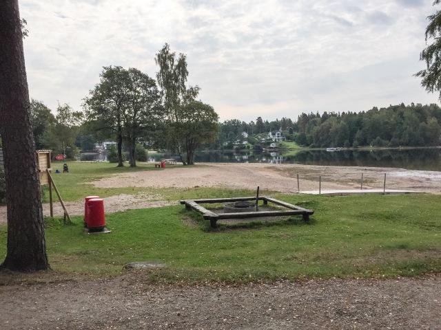 Sjömarkens badplats, med lekplats som inte syns i bild. Bra ställe.