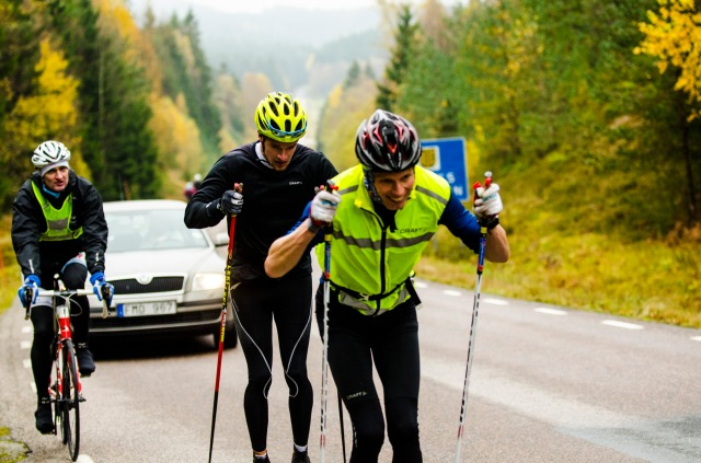 Jag kör strax under max uppför den långa raka backen mellan Hyssna och Bollebygd. Oskar Kardin ligger bakom med en cigg i mungipan. Johan Kask på cykel. Foto: T-W media.