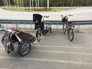 Så här ser familjen Wickström ut när vi ska handla och har ett extra barn med oss. Ida på elcykel. Astrid på liten cykel. Maj i barnstolen och extrabarnet i cykelkärran. Om Astrid blir trött sätter hon sig också i dubbelvagnen och så får jag ha hennes cykel på styret. Då landar hela ekipaget exklusive mig på ca 100 kg. Styvt i uppförsbackarna.