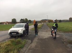 Martin Holmstrand och Tom Lindström i bilen. Johan Kask på cykel.