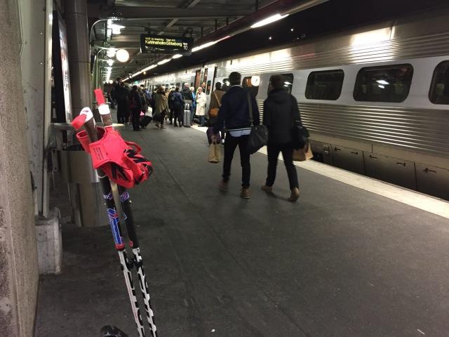 Skidgångsstavarna har fått vara med hela dagen. Jag är lite impad av mig själv att jag inte glömt dem på något tåg, någon tunnelbana, någon buss eller i någon bil. Men jag har en chans kvar, när jag kliver av sista tåget i Borås.