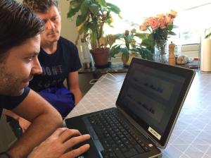 Johan Högstrand och Dan Kuylenstierna. Två datanördar vid vårt köksbord.