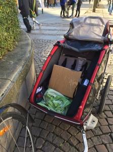 Man måste inte köra barn i en Chariot CX2. Det går också att transportera en låda böcker och en roll-up