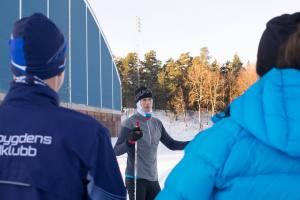 Instruktör vid en drygt två timmar lektion på en fotbollsplan på Bosön. Foto: Sofie Lantto.