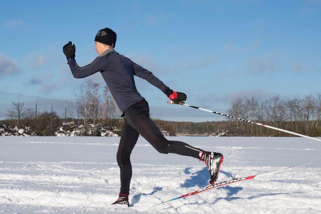 Åka med en stav. Foto: Sofie Lantto.