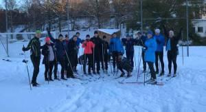 Endurance Personal Trainer-utbildningen åker skidor på Bosön på en fotbollsplan