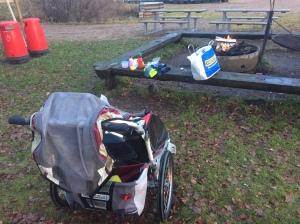 Korvgrillning vid Sjömarkens badplats, där det också finns en bra lekplats. En klassiker.