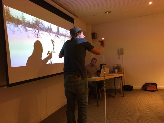 David Holmström visar stakteknik vid filmgenomgången