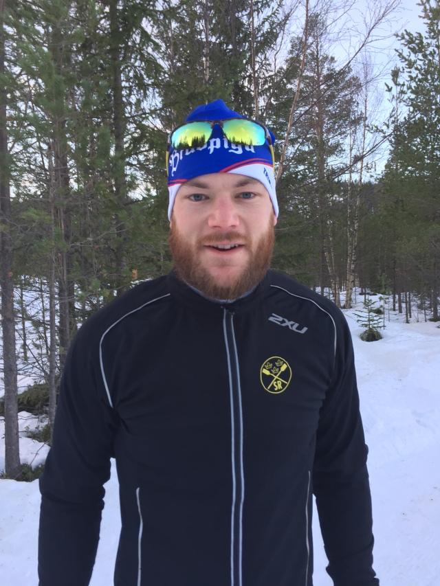 Anders Backéus är regerande svensk mästare i rodd och har flera roddmaskins-SM-guld. Han är med som tränare/ledare och vi delade rum. Mycket trevlig karl. Stor också, 198 cm och 110 kg.