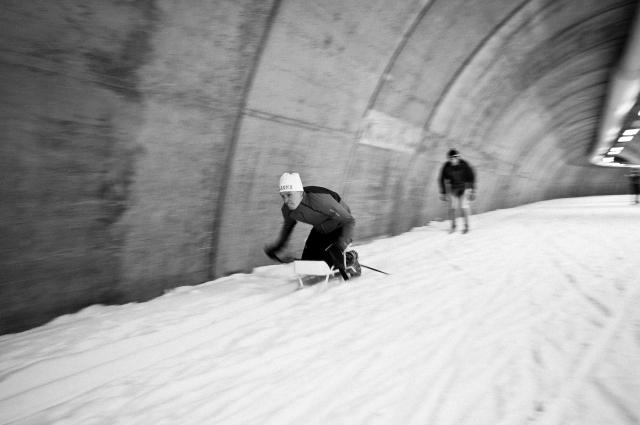 Anders Olsson och jag hade en tävling i sitski från starten till toppen (ut till höger) i Torsby Ski Tunnel. Kändes i magmusklerna kan jag lova. Staffan Larsson berättade en gång för mig om sin träning i sitski inför Vasaloppet 1994, då han stakade. Det är bra träning. Jag tror också Markus Ottosson har också kört sitski pga fotproblem.