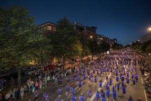 Det finns gott om detaljerade träningsprogram i boken, bland annat inför löptävlingar på 10 km i stadsmiljö. Den här bilden är från Midnattsloppet.