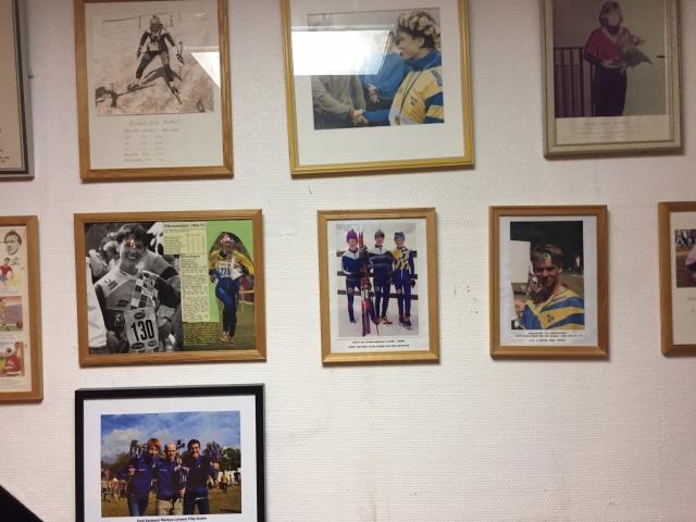På träningen med Hestra i tisdags hade jag på mig alla mina gamla hestrakläder, inkl exakt den mössan som syns på denna bild. Det är Henrik Pentonen, Joakim Albrektsson och jag som oväntat vinner stafett-guld vid Götalandsmästerskapen på Ymer 1995. Det var i klassen H13-14 och Lilla Sportspegeln gjorde reportage. Både Henke och Jocke var där i tisdags.