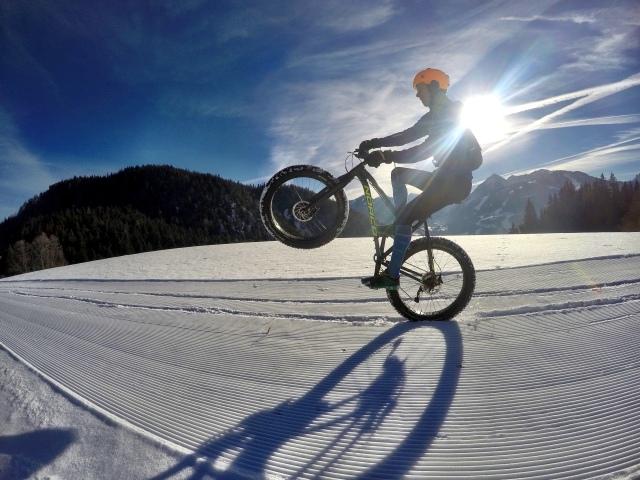 Den här fatbike-bilden ska jag visa för barnbarnen när jag sitter på hemmet. Cykling på bakhjulet på en fatbike i Ramsau i december 2016. Foto: alpinefatbike.com