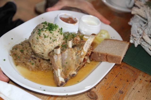 Till lunch blev det knödeln, revbensspjäll från korna som betade utanför fäboden, sauerkraut och surdegsbröd. Samt Fogelbeerssnaps och efterrätten kaiserschmarrn