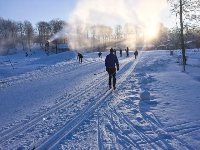Borås skidstadion har för tillfället 2 km konstsnö, men det blir nog snart längre
