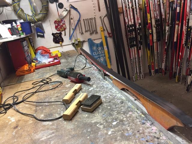 Vallade lite skidor innan avfärd. Det var inte igår jag vallade tävlingsskidor sist.