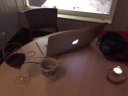 Många tror att jag bara tränar och göttar mig när jag är iväg. Sanningen ligger närmare bilden. Många timmar framför laptopen med rödvin och kaffe, om vartannat.