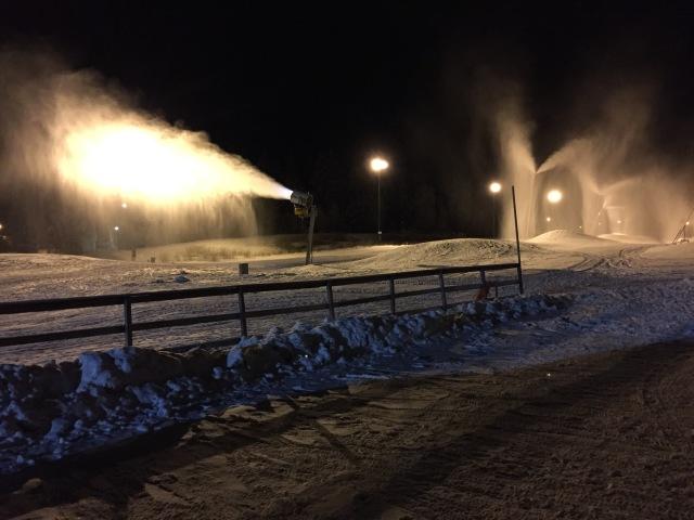 Sent igår på Borås skidstadion efter undervisningen. Snart blir nog 4 km-spåret klart, lite beroende på hur länge det är kallt idag. Konstsnön gick åtminstone för fullt i natt.