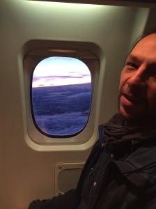 Luca Mara och jag spanar in  en lila himmel på flyget på vägen hem från Östersund igår.