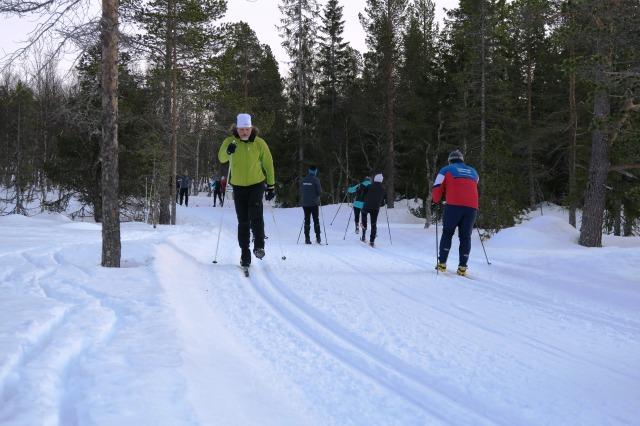 Skidlektion, teknikträning. Eleverna fick träna en del att åka på en skida. Det finns mycket kul och nyttigt att göra på en skida!
