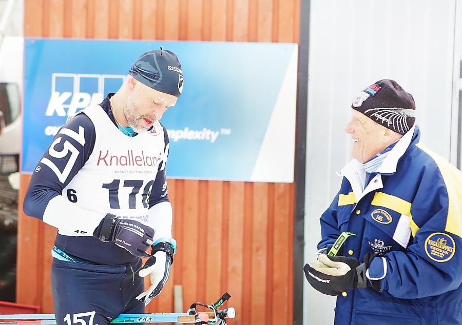 Stefan Palm och Hadar Davidsson på min gata. Hadar åkte sitt 48:e Vasaloppet som 87-åring. Senaste två åren har han inte åkt, vilket gör att hans lillebror Åke Davidsson nu passerar Hadar i antal åkta lopp.