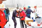 Simon Grenlöv gjorde ett fantastiskt bra lopp och blev 6:a. Riktigt kul att se. Där inspekterar han skidorna med Marika Sundin, som hejade friskt under loppet.