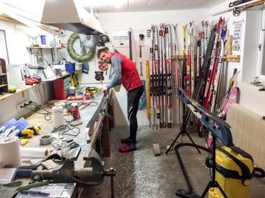 Robert Malmgren vallar sina skidor och jag min systers i vallatemplet. Alltså rummet längst in i vår källare. Det tillsammans med atletklubben (träningsrummet bredvid) brukar jag kalla husets hjärta.