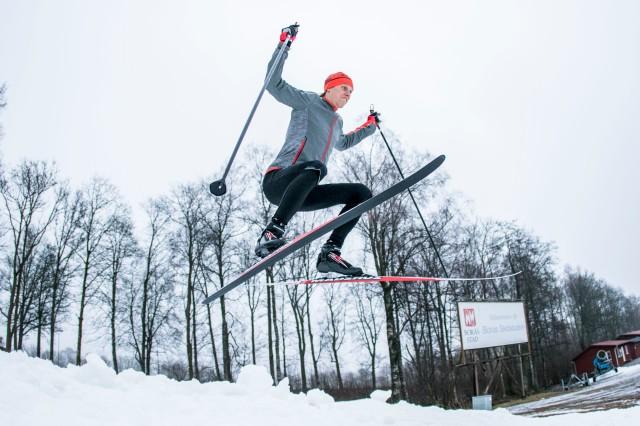 Hopp på längdskidor på Borås skidstadion. Foto: Anders Claesson.