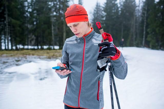 Mobiltelefon i skidspåret. Foto: Anders Claesson.