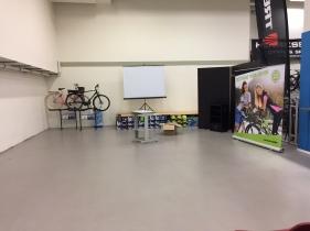 Projektorn avstängd och stolarna bortplockade. Snart ställs cyklarna tillbaka. Det var en oväntat bra lokal för föreläsning på Henrikssons.