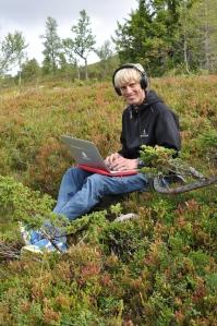 Ibland hamnar man så här, redaktionsmöte mitt i fjällvandringen. Här sitter jag med laptopen i Grövelsjön i september 2016. Som sagt, för- och nackdelar med att vara egenföretagare.