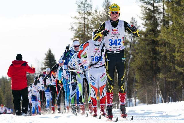 Erik Wickström drar klungan (dock en kille i utbrytning framför) efter ca 45 km i Nordenskiöldsloppet 2017. Foto: Magnus Östh.