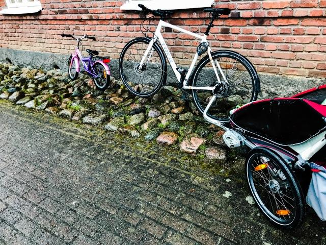 Astrid första cykeltur till dagis. Maj fick sitta själv i Charioten.